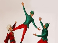 Christmas Themed Acrobat Acts